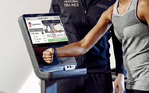 バンドをかざしてトレーニング開始|Training Flow|ACE1 fitness